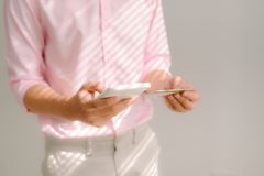 Attività bancarie del Internet Pagamento con carta di credito sullo smartphone mobile fotografie stock