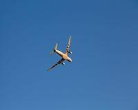 Attività bancarie dell'aeroplano per un rivoltare contro un cielo blu Immagine Stock