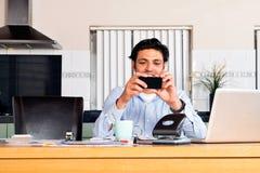 Attività bancarie mobili Fotografie Stock