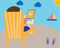Attività bancarie mobili di uso della gente sulla vacanza Immagine Stock