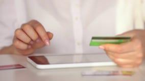 Attività bancarie online con lo Smart Phone e la compressa lifestyle Paga facile facendo uso dello Smart Phone o del dispositivo  stock footage