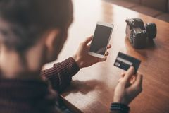 Attività bancarie online con lo Smart Phone, numero di riscrittura della carta di credito immagini stock libere da diritti
