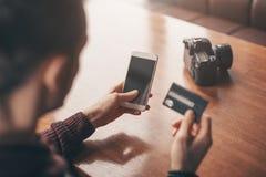 Attività bancarie online con lo Smart Phone, numero di riscrittura della carta di credito fotografia stock