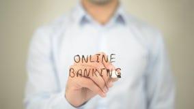 Attività bancarie online, scrittura dell'uomo sullo schermo trasparente Immagini Stock Libere da Diritti