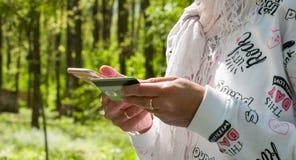 Attività bancarie online sullo smartphone metraggio 4k archivi video