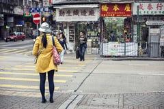 Attività commovente sulla scena della strada affollata in città Fotografie Stock