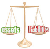 Attività contro la scala di parole che confronta conto di ricchezza di valore Immagini Stock