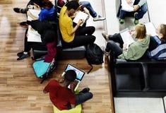 Attività degli studenti nella conoscenza delle biblioteche Fotografia Stock