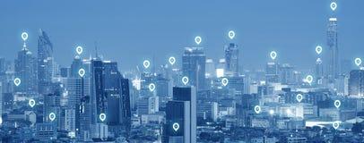 attività della connessione di rete dell'icona del perno 5G nella tecnologia moderna del grattacielo della città immagini stock libere da diritti