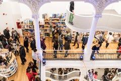 Attività della gente sui libri d'acquisto in biblioteca Fotografia Stock Libera da Diritti