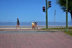 Attività della passeggiata e di fine settimana della spiaggia di Riazor Camminata della donna e anziani di riposo La Coruna, Spag fotografia stock libera da diritti