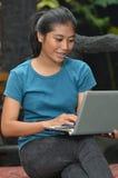 Attività delle ragazze: Per mezzo del computer portatile Immagini Stock Libere da Diritti