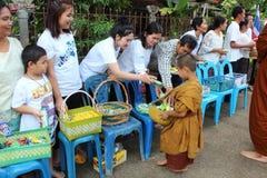 Attività di carità nel buddismo Fotografia Stock Libera da Diritti