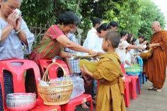 Attività di carità nel buddismo Fotografie Stock