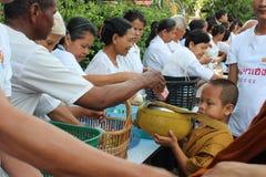 Attività di carità nel buddismo Fotografia Stock
