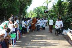 Attività di carità nel buddismo Immagini Stock Libere da Diritti