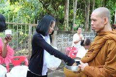 Attività di carità nel buddismo Immagini Stock
