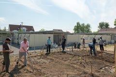 Attività di giardinaggio in un campo profughi tedesco Immagini Stock Libere da Diritti