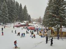 Attività di inverno nella località di soggiorno di Poiana Brasov, Romania fotografie stock libere da diritti