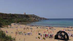 Attività di sport degli scolari sulla spiaggia archivi video