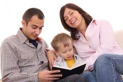 Attività di svago - la famiglia ha letto Immagine Stock