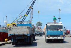 Attività esotica asiatica della porta con i camion e la nave. fotografie stock