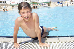 Attività sullo stagno Boyplaying sveglio nella piscina Fotografia Stock Libera da Diritti