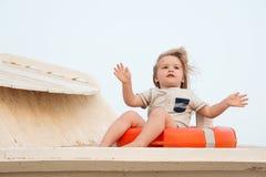 Attività superiori per il bambino alla spiaggia Prima vacanza con le punte ed il consiglio del bambino Il bambino del ragazzo si  immagine stock libera da diritti