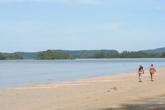 Attività turistica sulla spiaggia tropicale dell'isola di Krabi Fotografie Stock Libere da Diritti