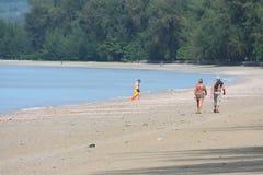 Attività turistica sulla spiaggia tropicale dell'isola di Krabi Fotografia Stock