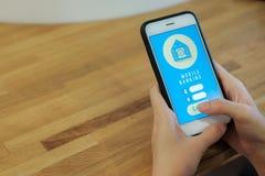 Attivit? bancarie mobili fotografia stock libera da diritti