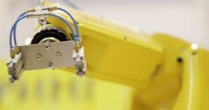 Attivo del braccio del robot industriale in fabbrica video d archivio