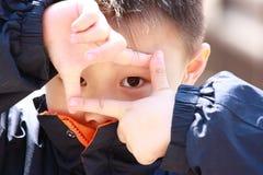 Atto asiatico del ragazzo come un fotografo Fotografie Stock Libere da Diritti