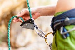 Atto del legare dello scalatore il suo partner immagini stock