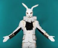 Attore che posa nel vestito bianco del coniglio sul blu di colore Fotografia Stock Libera da Diritti