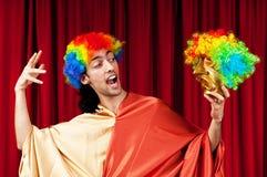 Attore con i maks in un concetto divertente del teatro Fotografie Stock Libere da Diritti