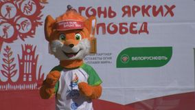 Attore dell'animatore in costume Lesik - mascotte ufficiale i secondi giochi europei 2019 a MINSK durante la cerimonia di apertur video d archivio