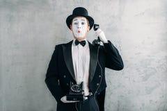 Attore di pantomimo che esegue con il retro telefono Fotografia Stock