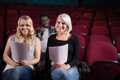 Attori che leggono i loro scritti in scena nel teatro fotografia stock libera da diritti
