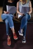 Attori che leggono i loro scritti in scena nel teatro immagine stock
