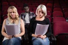 Attori che leggono i loro scritti in scena nel teatro fotografia stock
