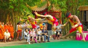 Attori khmer durante la prestazione teatrale Villiage della Cina Immagine Stock