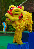 Attori khmer durante la prestazione teatrale Villiage della Cina Leone giallo Immagini Stock
