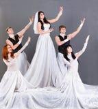 Attori nella posa del vestito da sposa. immagini stock libere da diritti