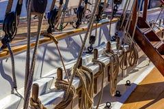 Attracchi corda, puleggia della barca della corda fotografie stock