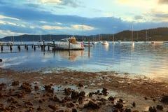 Attracchi della barca nel sole di pomeriggio fotografia stock libera da diritti