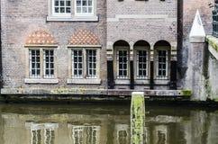 Attracchi e case su un canale di Amsterdam fotografie stock