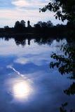 Attracchi il lago con il paesaggio di luce della luna fotografia stock
