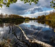 Attracchi il paesaggio del lago fotografia stock
