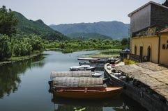 Attracco della barca nella città sul lago Skadar fotografia stock